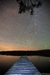 loevsjoen-schweden-steg-nachthimmel-sterne