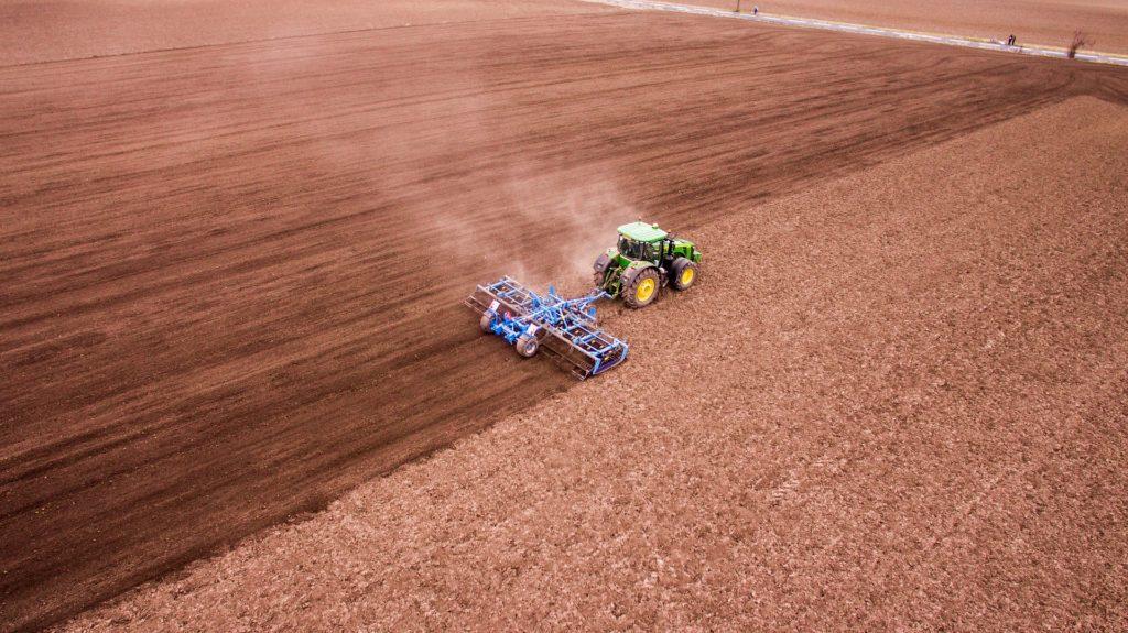 Drohnenfoto eines Traktors bei der Feldarbeit. So hat sich der Bauer noch nie gesehen.